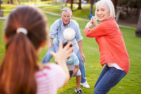 5 patarimai senjorams: kaip ilgiau išsaugoti sveikatą ir būti fiziškai aktyviems.